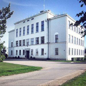 Arhitekts Indriķis Blankenburgs. Lašu valsts sešklasīgā pamatskola, 1938. g. Tagad — Eglaines pamatskola, Ilūkstes novadā. Foto: Mārtiņš B., Panoramio