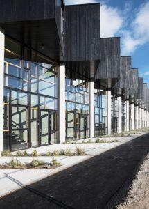 """""""Upcyle Studios & UN17 Village"""". 2015–2018. Dzīvojamais kvartāls Kopenhāgenā, radīts no pārstrādātiem materiāliem – 75% logu nāk no pamestām ēkām, 1400 t betona – no betona atkritumiem, kas radušies, būvējot pilsētas metro"""