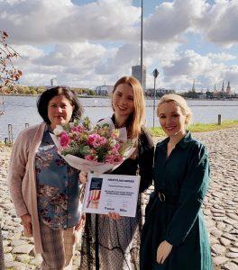 No kreisās: Tarkett Latvijas filiāles vadītāja Ļubova Latišenko, Paula Kristiāna Kalniņa, Tarkett tirdzniecības pārstāve Latvijā Svetlana Lesiņa
