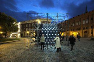 """Latvijas paviljona """"apvērstā"""" instalācija Doma laukumā Baltās nakts ietvaros, 2020. gada 4. septembrī"""
